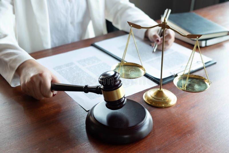 Prawnik zapewnia rad?, rada, legalne propozycje Egzamin dokumenty prawni zdjęcia royalty free