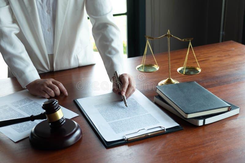 Prawnik zapewnia rad?, rada, legalne propozycje Egzamin dokumenty prawni zdjęcie royalty free