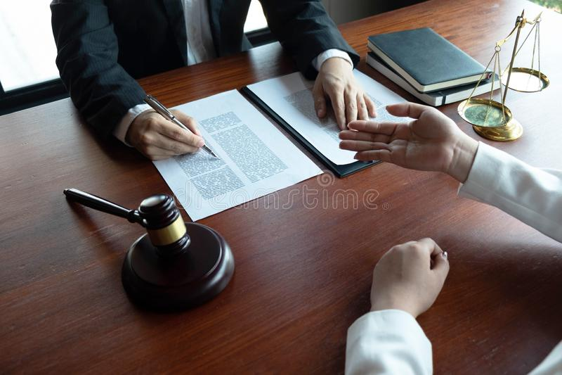 Prawnik zapewnia rad?, rada, legalne propozycje Egzamin dokumenty prawni obraz royalty free