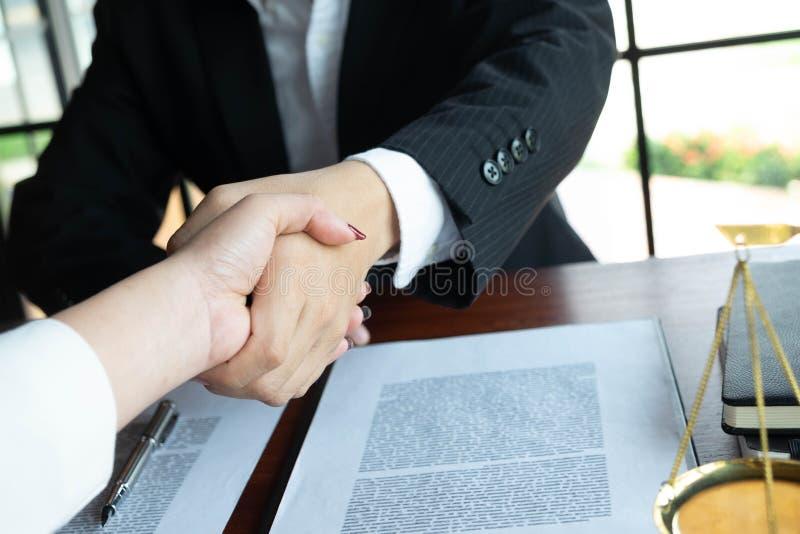 Prawnik zapewnia rad?, rada, legalne propozycje Egzamin dokumenty prawni obraz stock