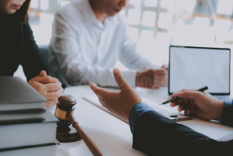 Prawnika asekuracyjny makler konsultuje dawać poradzie prawnej para klient o kupienia wynajmowania domu pieniężny advisor z fotografia royalty free