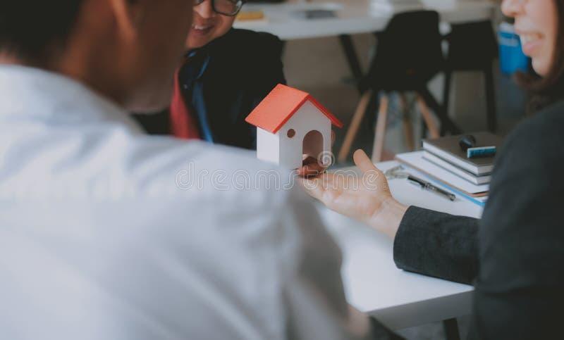 Prawnika asekuracyjny makler konsultuje dawać poradzie prawnej para klient o kupienia wynajmowania domu pieniężny advisor z fotografia stock