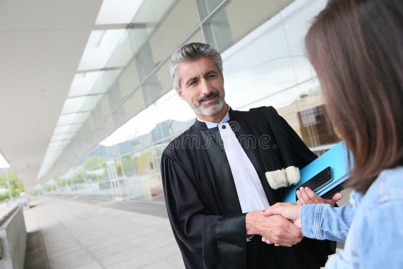 Prawnika i klienta handshaking przed próbą zdjęcie royalty free