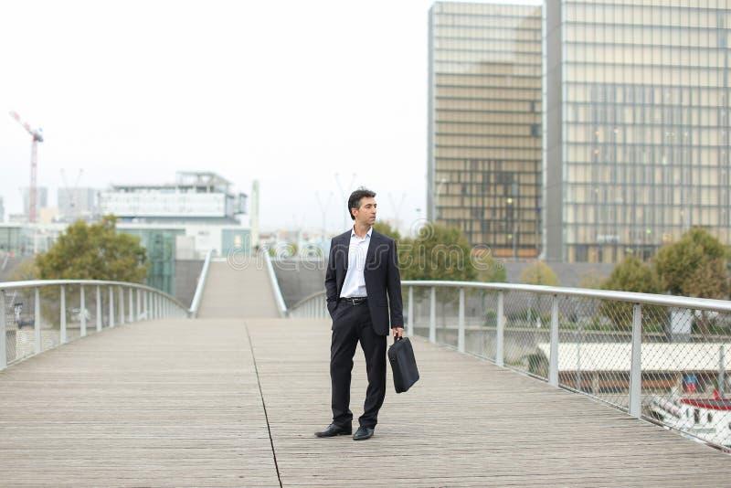 Prawnika mężczyzna w biznesu odzieżowym czekaniu dla klienta używać mądrze zdjęcia stock