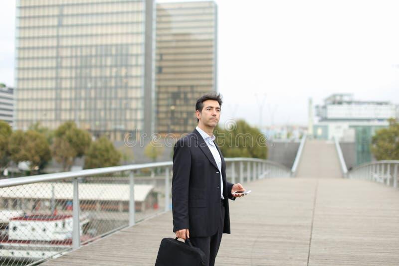 Prawnika mężczyzna w biznesu odzieżowym czekaniu dla klienta używać mądrze fotografia royalty free