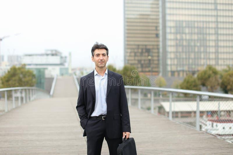 Prawnika mężczyzna w biznesu odzieżowym czekaniu dla klienta używać mądrze zdjęcie stock