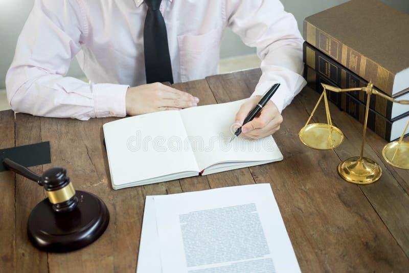 Prawnika sędziego czytania dokumenty przy biurkiem w sala sądowej pracuje na drewnianym biurka tle młoteczka złoty ciężar i sound ilustracja wektor