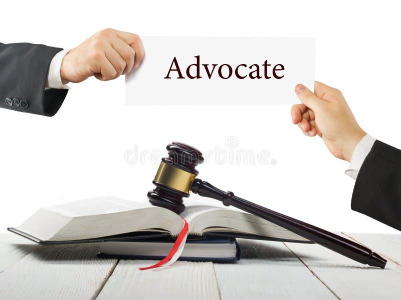 Prawo książka i drewniany sędziego młoteczek na stole w egzekwowania prawa biurze lub sala sądowej Prawnik Wręcza mienie wizytówk fotografia royalty free