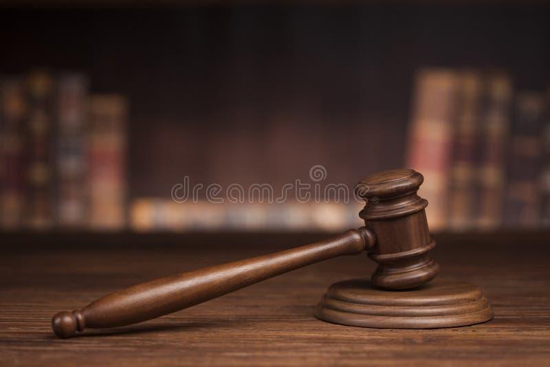 Prawo książki, dobniak sędzia, sala sądowej tło zdjęcia stock