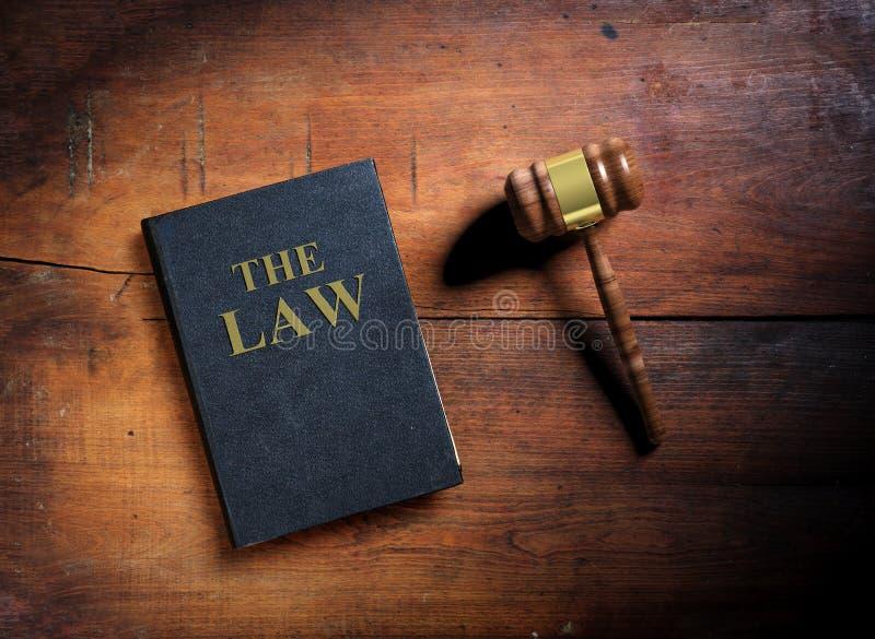 Prawo młoteczek na drewnianym tle i książka ilustracja 3 d royalty ilustracja