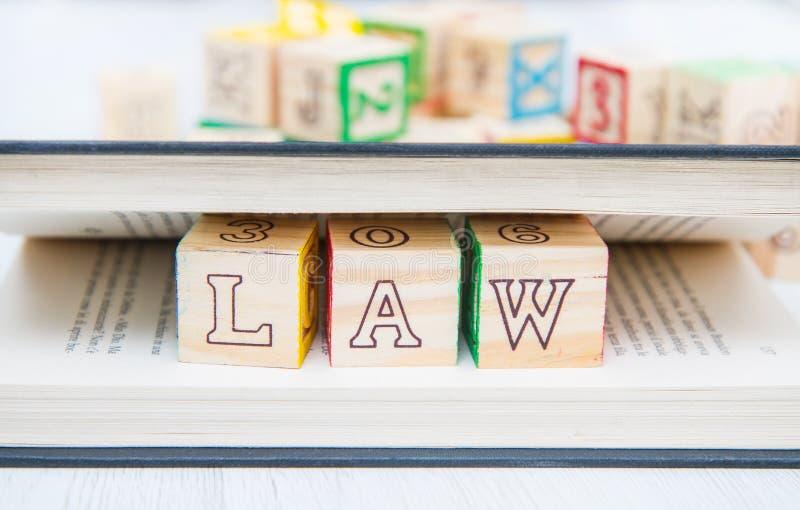 Prawo pisać na drewniani sześciany zdjęcia royalty free