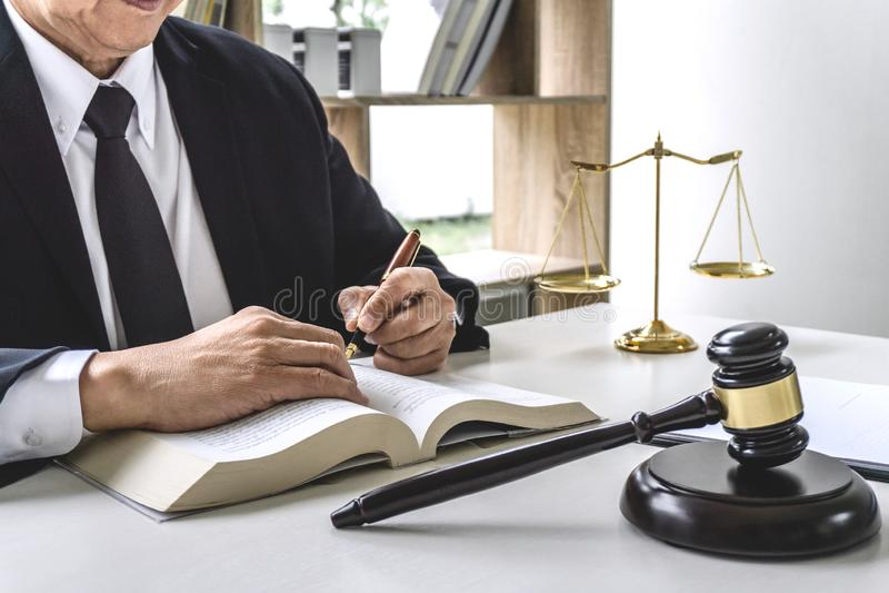 Prawo, pojęcie, męski prawnik lub notariusz pracuje na, prawnika adwokata i sprawiedliwości, dokumenty i raport znacząco skrzynka obrazy stock