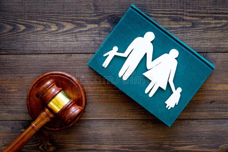 Prawo rodzinne, rodziny prawy pojęcie Areszta pojęcie Rodzina z dziecko wycinanki pobliskim dworskim młoteczkiem na ciemny drewni obraz stock