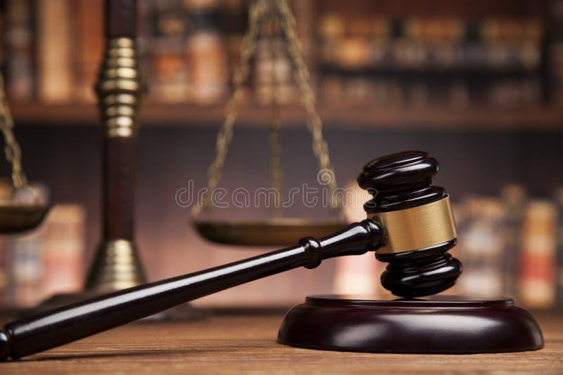 prawo temat, dobniak sędzia, sprawiedliwości skala, książki, drewniany des obraz stock