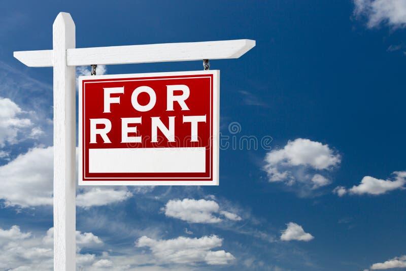 Prawy obszycie Dla Czynszowego Real Estate Podpisuje niebieskie niebo i chmury obrazy royalty free