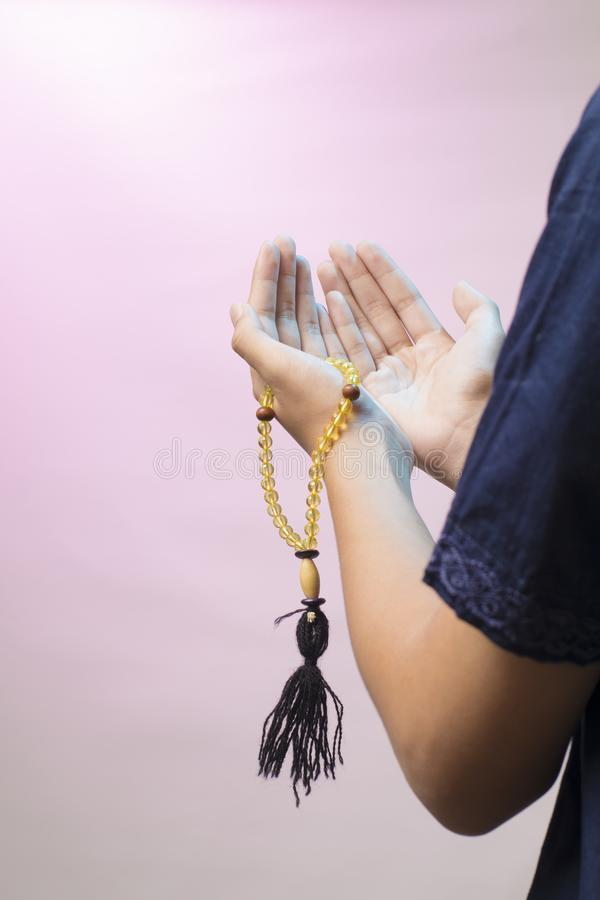 pray Podnosi? oba otwiera r?ki dekorowa? z modlitewnymi koralikami ono modli? si? b?g pojęcie cześć muzułmanin obraz stock