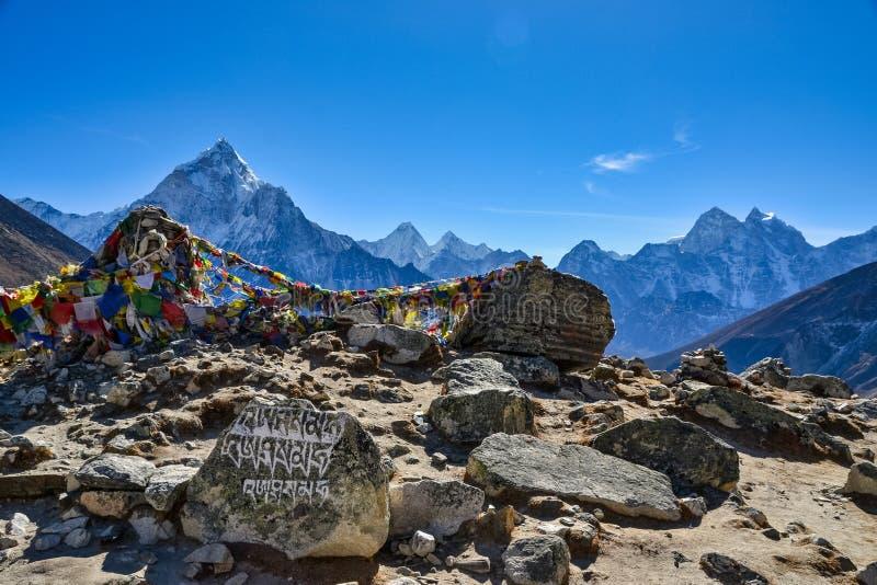 Prayer och böner i Himalayanbergen arkivbild