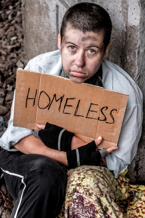 Prayerful ögon av den hemlösa kvinnan arkivfoto