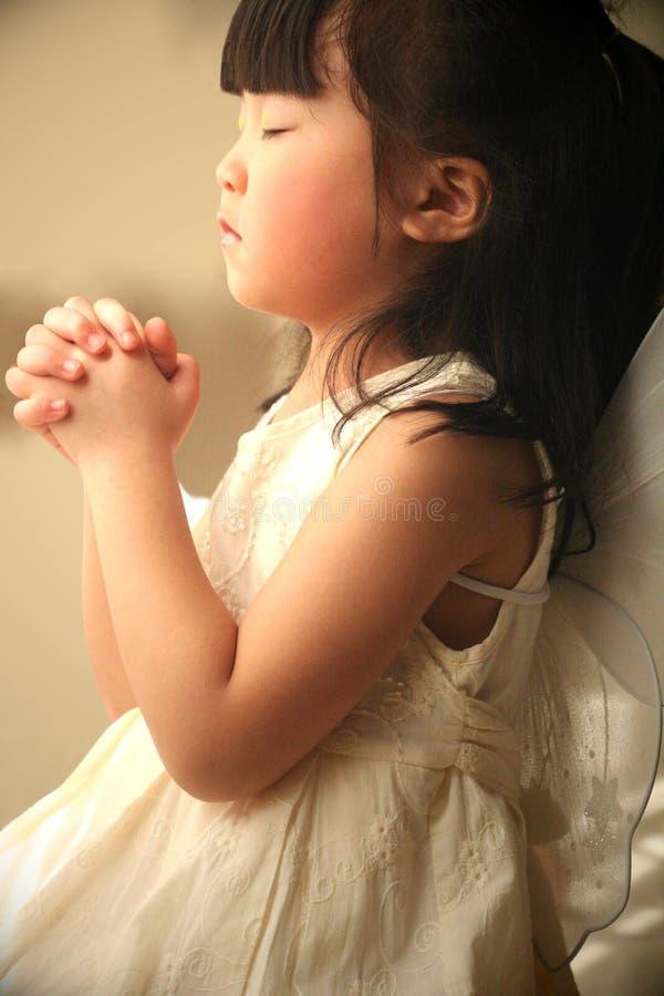 Praying da menina fotografia de stock