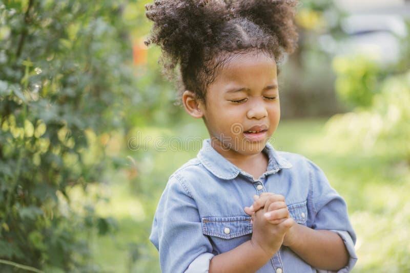 Praying da menina a criança reza Gesto da f? As m?os dobraram-se no conceito da ora??o para a f?, a espiritualidade e a religi?o imagens de stock royalty free