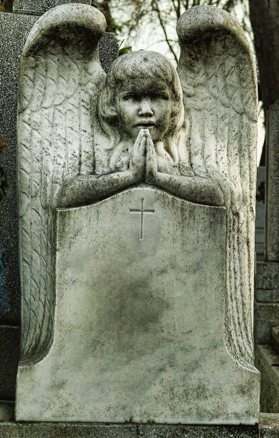 Praying do anjo da lápide fotografia de stock royalty free