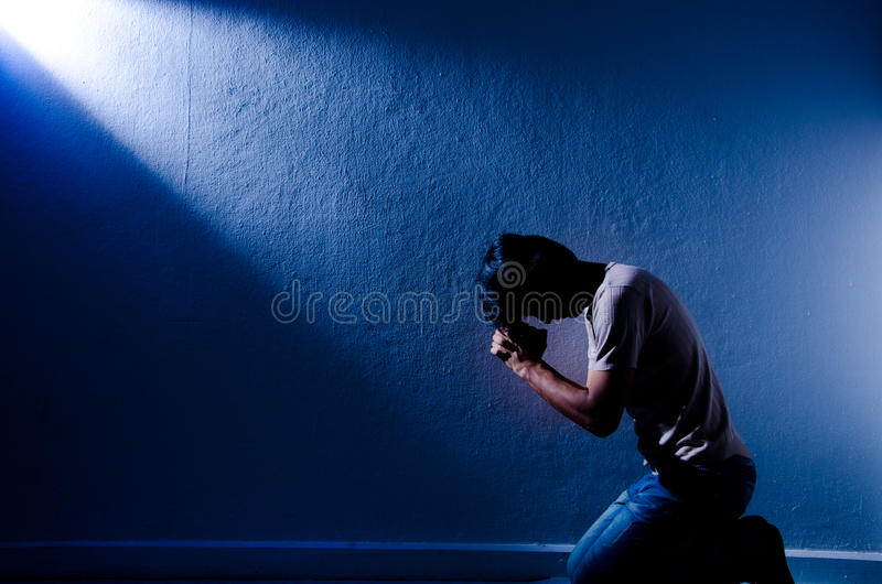 Praying do homem. fotografia de stock royalty free