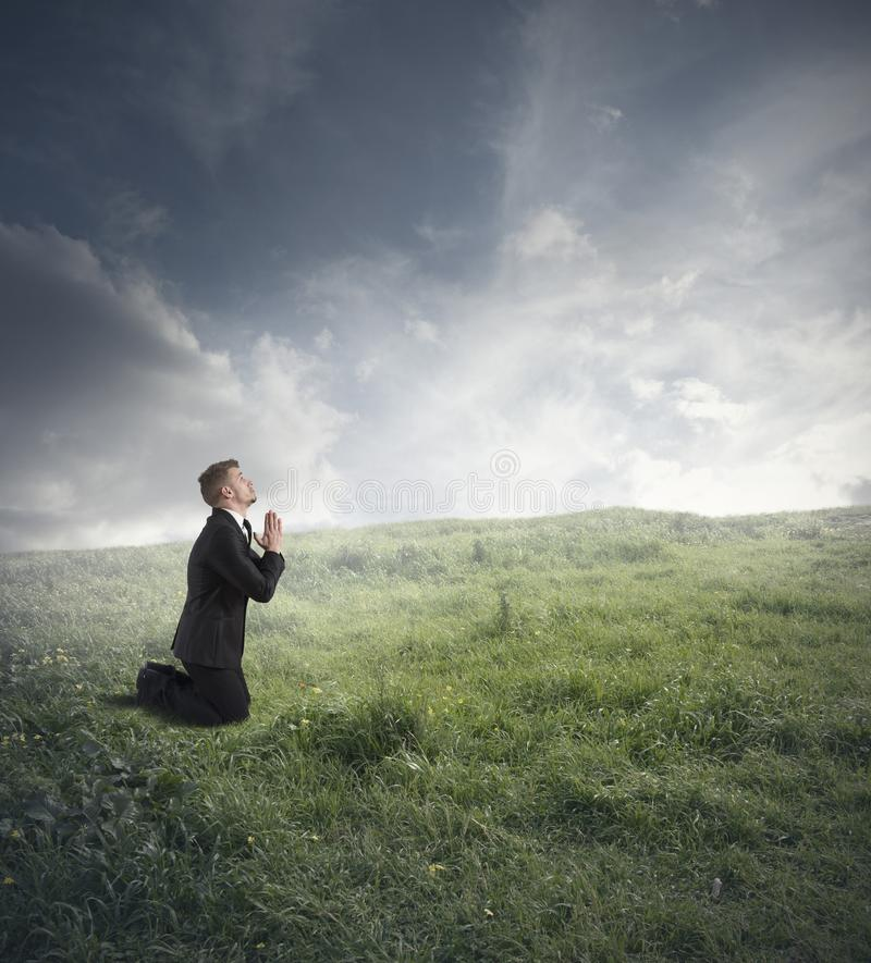 Praying do homem de negócios fotografia de stock royalty free