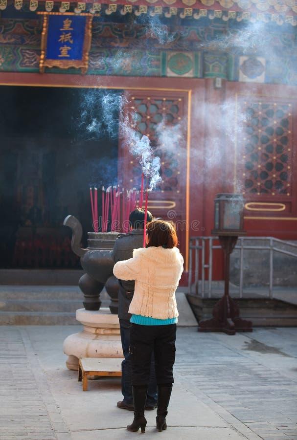 Praying durante o festival de mola em Beijing, China fotos de stock