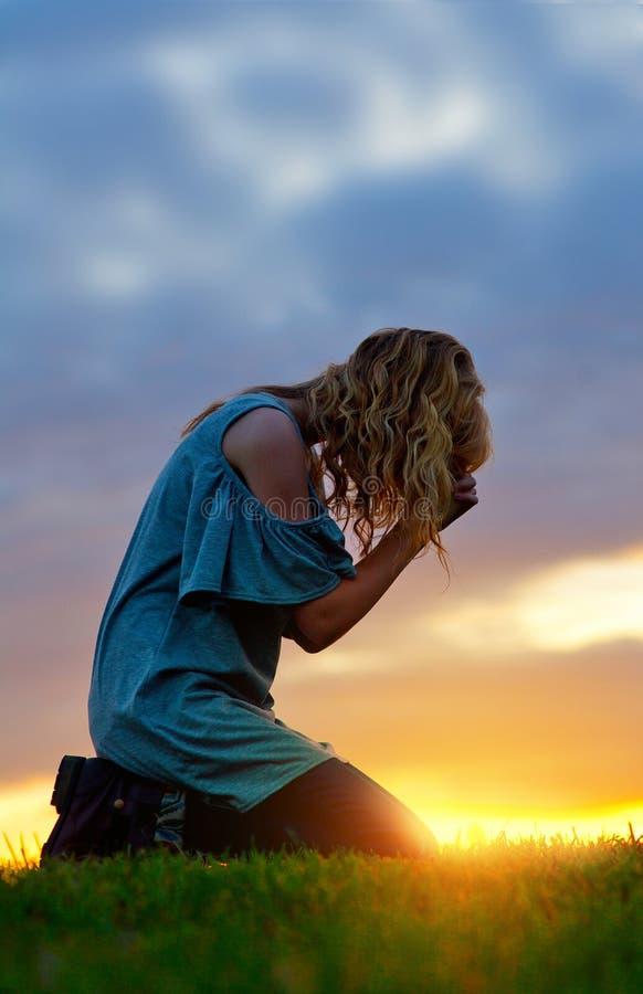 Praying no por do sol fotos de stock