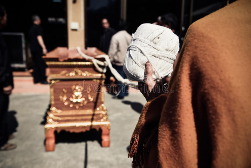 Prayingl religioso del monaco tailandese di buddismo per la cremazione Il cuore immagine stock libera da diritti