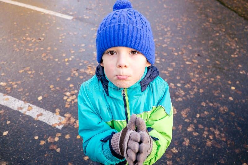 Prayng pojke arkivbilder