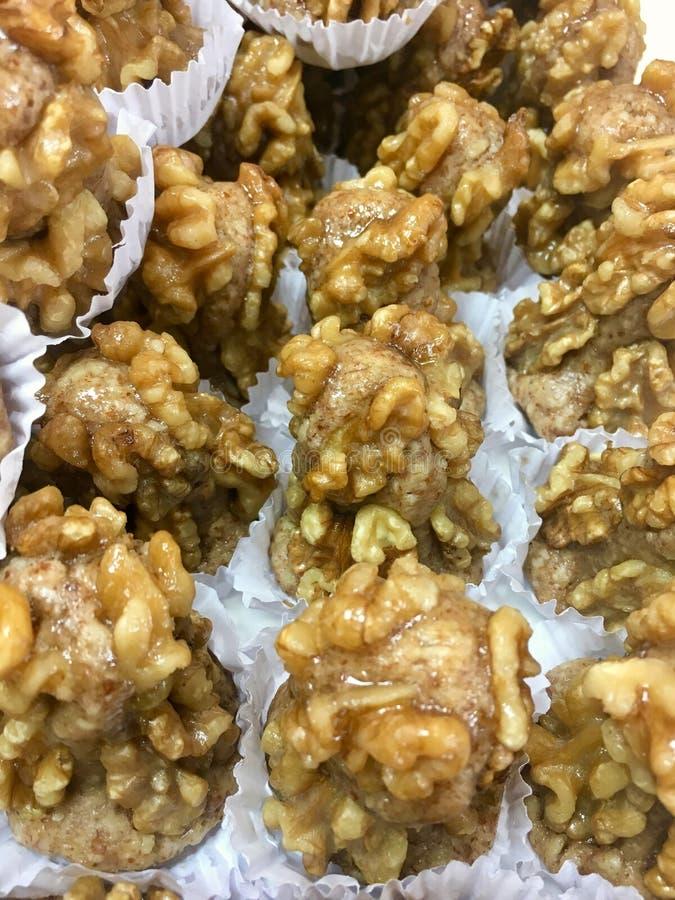 Prazer doce, cookies doces em mostras da padaria imagem de stock royalty free