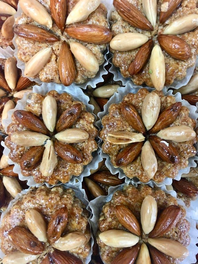 Prazer doce, cookies doces em mostras da padaria imagem de stock