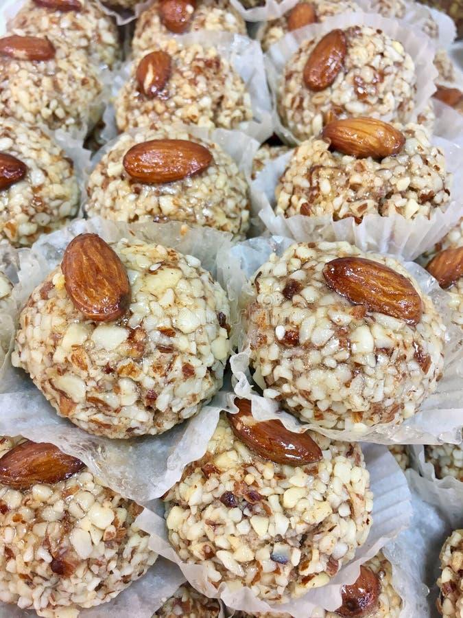 Prazer doce, cookies doces em mostras da padaria imagens de stock royalty free
