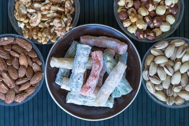 Prazer turco tradicional Sobremesa oriental em uma placa Isolado no fundo Doces orientais da guloseima Alimento saud?vel Mistura  foto de stock