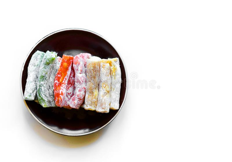 Prazer turco tradicional Sobremesa oriental em uma placa No fundo branco Doces orientais da guloseima Mistura saud?vel do aliment foto de stock
