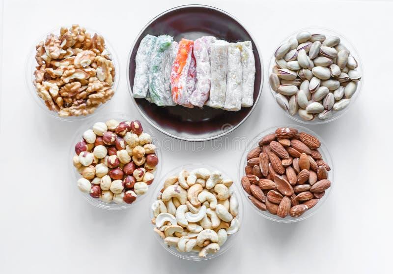 Prazer turco tradicional Sobremesa oriental em uma placa No fundo branco Doces orientais da guloseima Mistura saud?vel do aliment fotos de stock royalty free