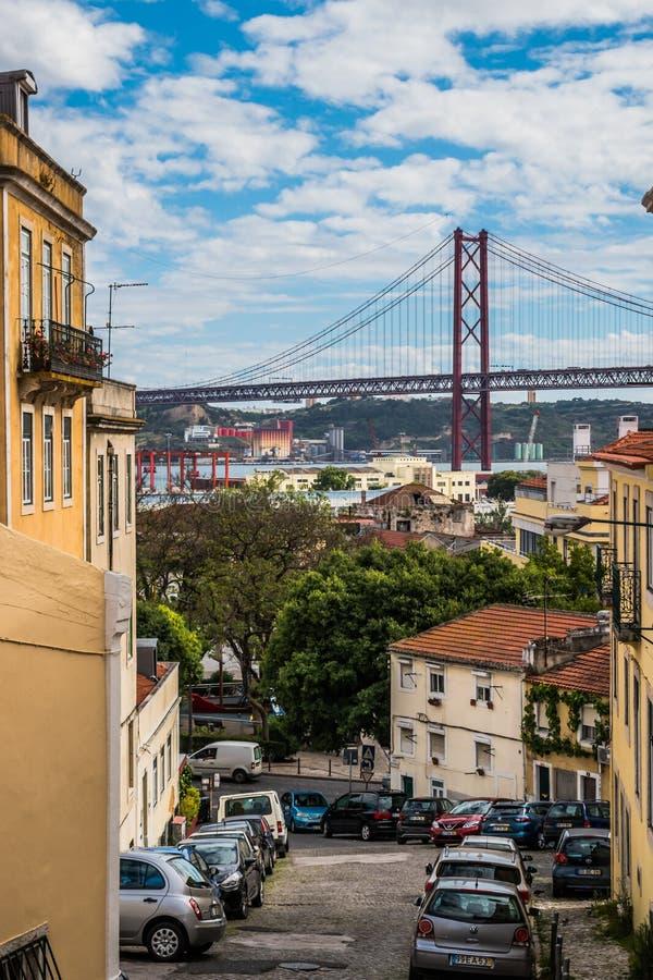 Prazeres, Lisboa, Portugal - 25 de junho de 2019 - aleia nas necessidades que negligenciam os 25 de April Bridge e Tejo River fotos de stock