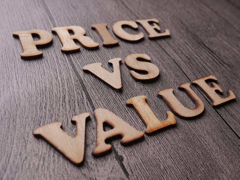 Preço contra o valor, conceito inspirador das citações das palavras imagens de stock