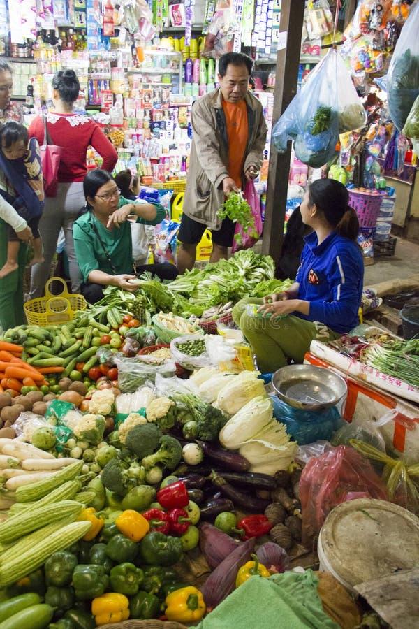 Preço de negociação dos clientes no mercado molhado de Siem Reap Camboja imagem de stock