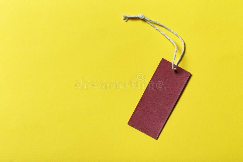 Preço de papel vazio ou etiqueta vermelha no fundo amarelo imagem de stock royalty free