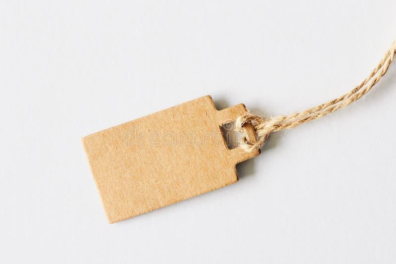 Preço marrom vazio do cartão, etiqueta da venda, etiqueta do presente, etiqueta de endereço no fundo branco imagem de stock