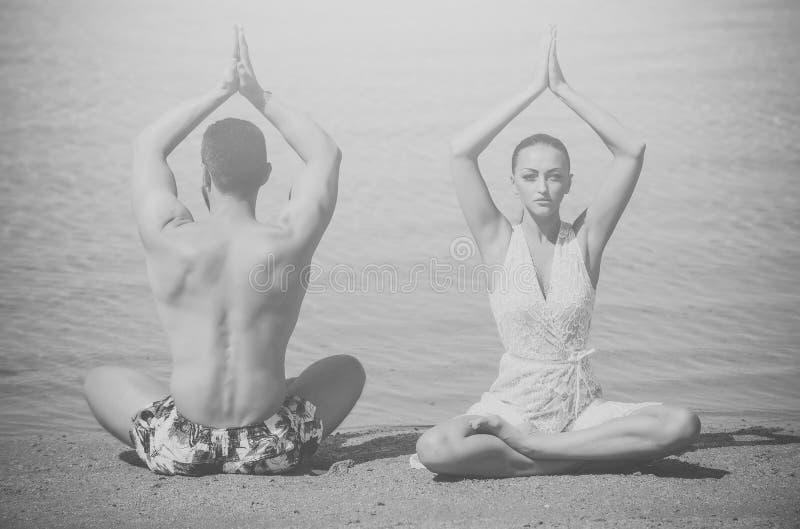 Prełudium - para w miłości Mężczyzna i kobieta medytuje, joga poza, para w miłości fotografia royalty free