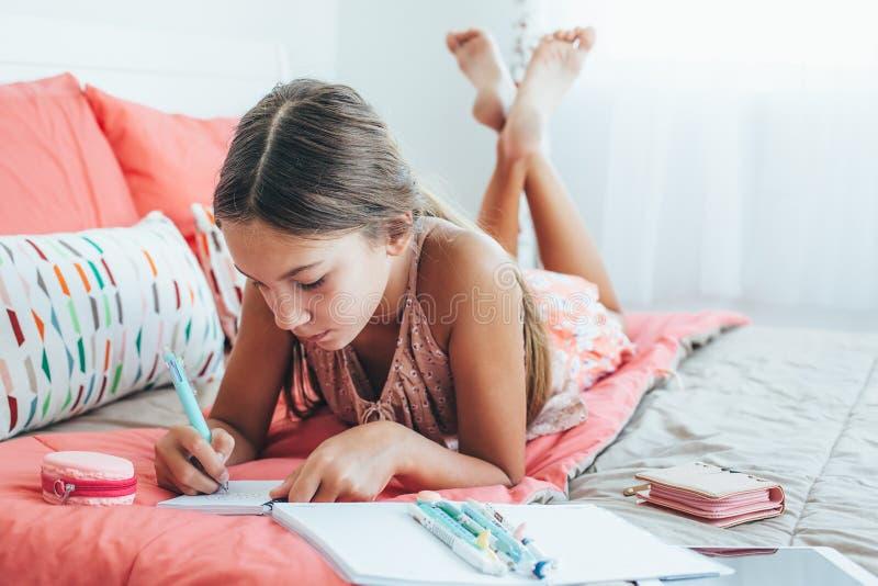 Pre предназначенный для подростков дневник сочинительства девушки стоковое фото