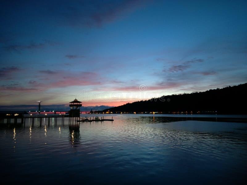 Pre alvorecer sobre o rio de Brunei Darussalam fotos de stock