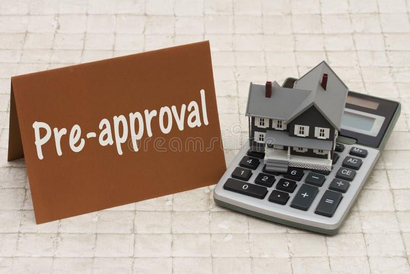 Pre-aprovação da hipoteca sobre a casa, casa cinzenta de A, cartão marrom e calcula imagem de stock royalty free