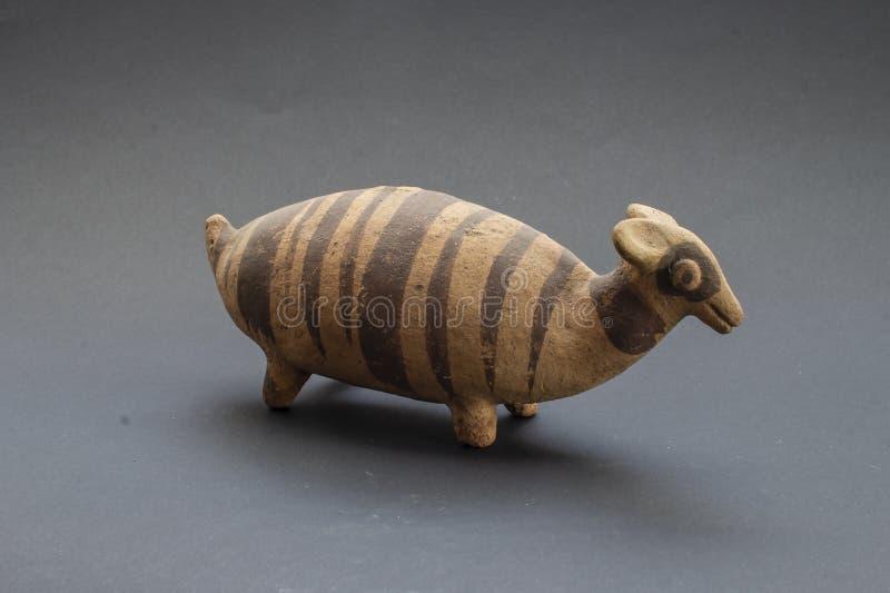 Pre-columbian dierlijk-gevormde ceramische geroepen 'Huaco 'van Chancay royalty-vrije stock afbeelding