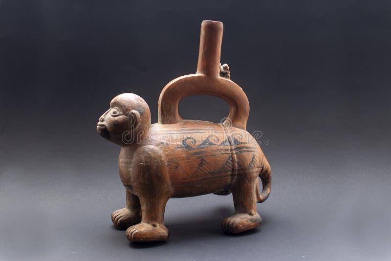Pre-columbian djur-formade keramiska kallade 'Huaco 'från oidentifierad forntida peruansk kultur arkivbilder