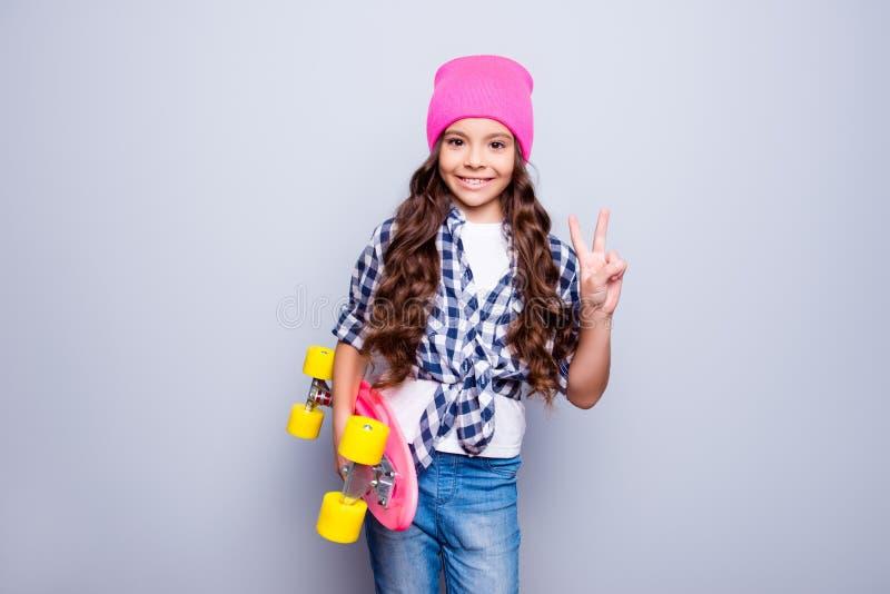 Pre conceito moderno do estilo de vida dos adolescentes Menina ativa encantador da escola imagens de stock royalty free