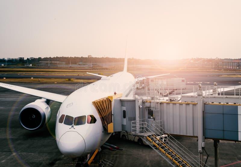 Pre-flight, bijtankende en Ladende ladingsdienst van vliegtuig stock afbeelding